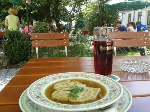 Die Suppe ist gehaltvoll und könnte einer Leberknödelsuppe durchaus Konkurrenz machen.
