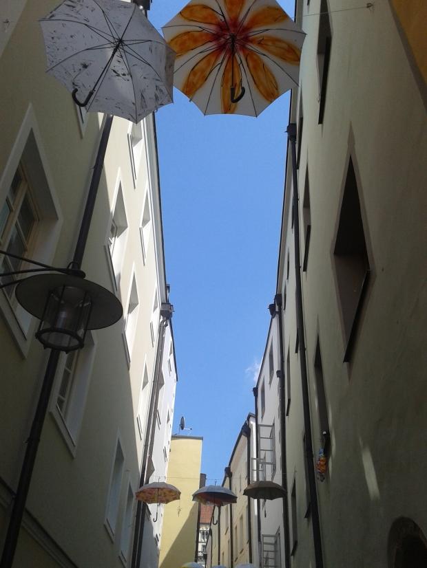 Wieso die Passauer Schirme über die Straßen hängen? Das Wasser kommt doch meist von unten...