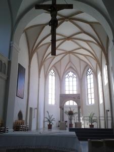 Die Gisela-Kirche hebt sich wohltuend vom ganzen Barock-Pomp ab und lässt einen im architektonischen und touristischen Gewusel einkehren und ausruhen.