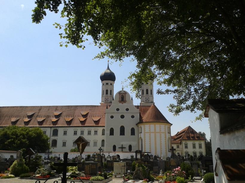 Die Kirche ist nur ein kleiner Teil des Klostergeländes.