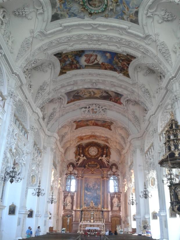 Ganz anders der Innenraum der Kirche.