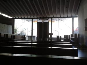 Die moderne Kapelle scheint das komplette Gegenteil des übrigen Klosters zu sein.