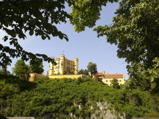 Das Schloss Hohenschwangau vom Museum der bayerischen Könige aus gesehen.