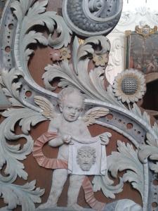 Detaillierte Schnitzereien an den Kirchenbänken.