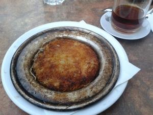 Unter dem karamellisierten Zucker oder Honig befindet sich geschmolzener Käse.
