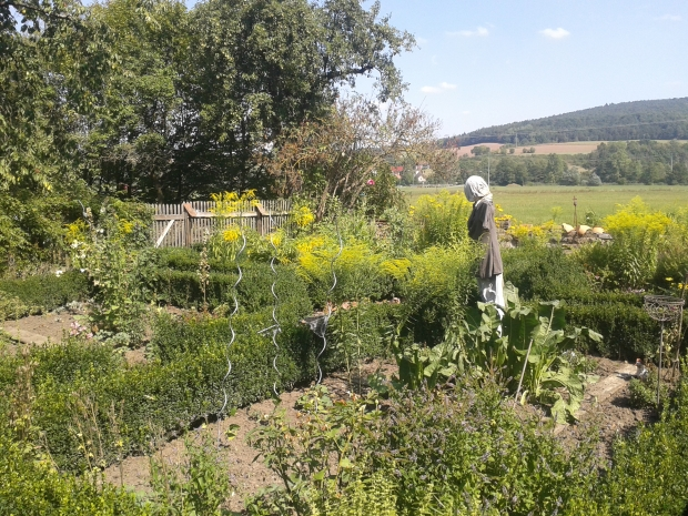 Ein Bauerngarten rundet den Biergarten ab.