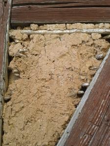 Einige Fachwerk-Häuser müssen renoviert werden. Da gibt die Möglichkeit, Einblick in den Aufbau so einer Wand zu nehmen.
