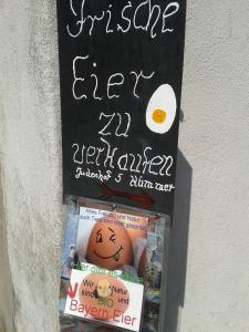 Klingeling, hier wohnt der Eiermann. Auf den Bayern-Ei Skandal nehmen die Franken gerne spottend Bezug. Da können die Altbayern echt noch was von Lebensmittelqualität von den Franken lernen!