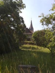 Die Kirche dominiert den Ort.