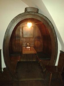 Wein trinken im Weinfass. Ganz was naheliegendes.