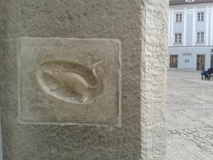 Die Stadtmaus am Haidplatzstammt nicht aus dem Mittelalter, sondern ist eine Kopie eines Gags des Dombaumeisters aus den 50ern. Die Braut muss das Tier streicheln. Laut urbaner Legende kehrt man dann wieder nach Regensburg zurück.