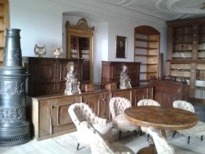 Gemütlich-antik ist die Bibliothek eingerichtet.