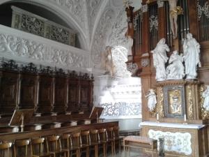 Der Chorraum oberhalb der Kirche.
