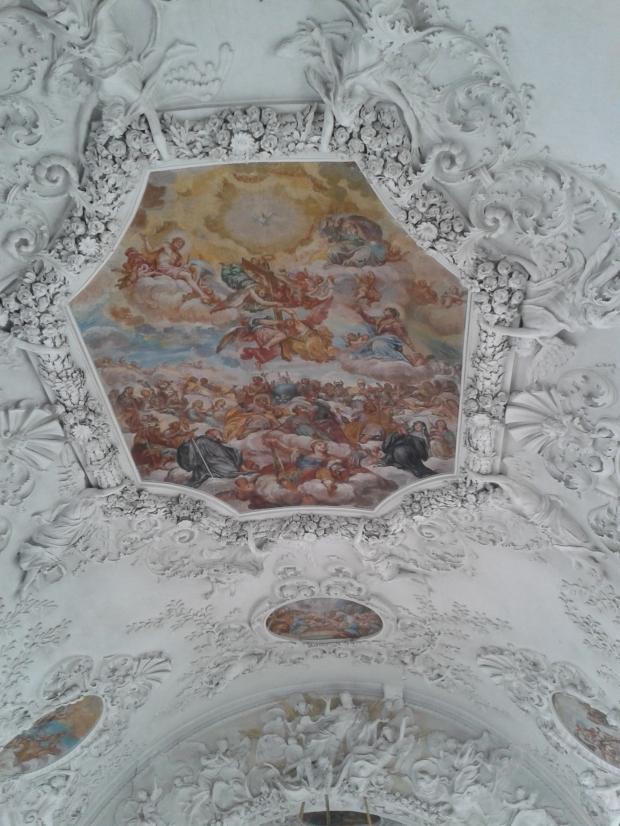 Das Deckengemälde zeigt die Dreifaltigkeit im Himmel und die Heiligen auf der Erde, dazwischen auf der blauen Erdkugel das Kloster Holzen.
