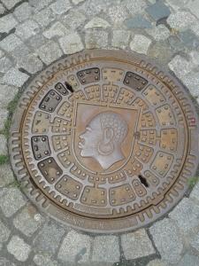 Das Wappen der Stadt stellt einen Mohr dar. Denn Schutzpatron der Stadt ist der heilige Mauritius (daher auch die Morizkirche). Und Mauritius war Afrikaner, so offen war man schon im Mittelalter.