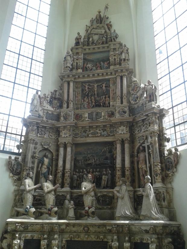 Der Altar der Morizkirche zeigt eine für eine evangelische Kirche ungeahnte Pracht.