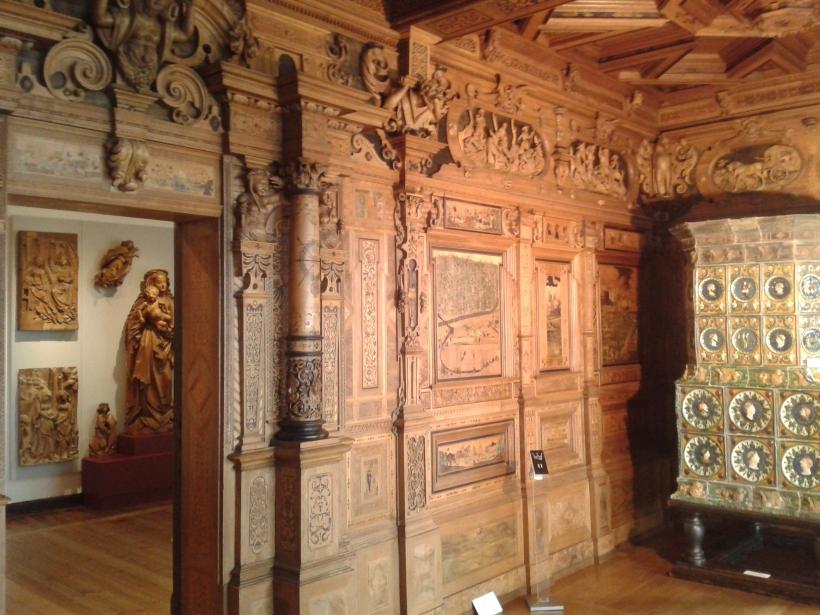 Ein Zimmer ist aufs allerprächtigste mit Intarsienarbeiten und Schnitzereien ausgestattet.