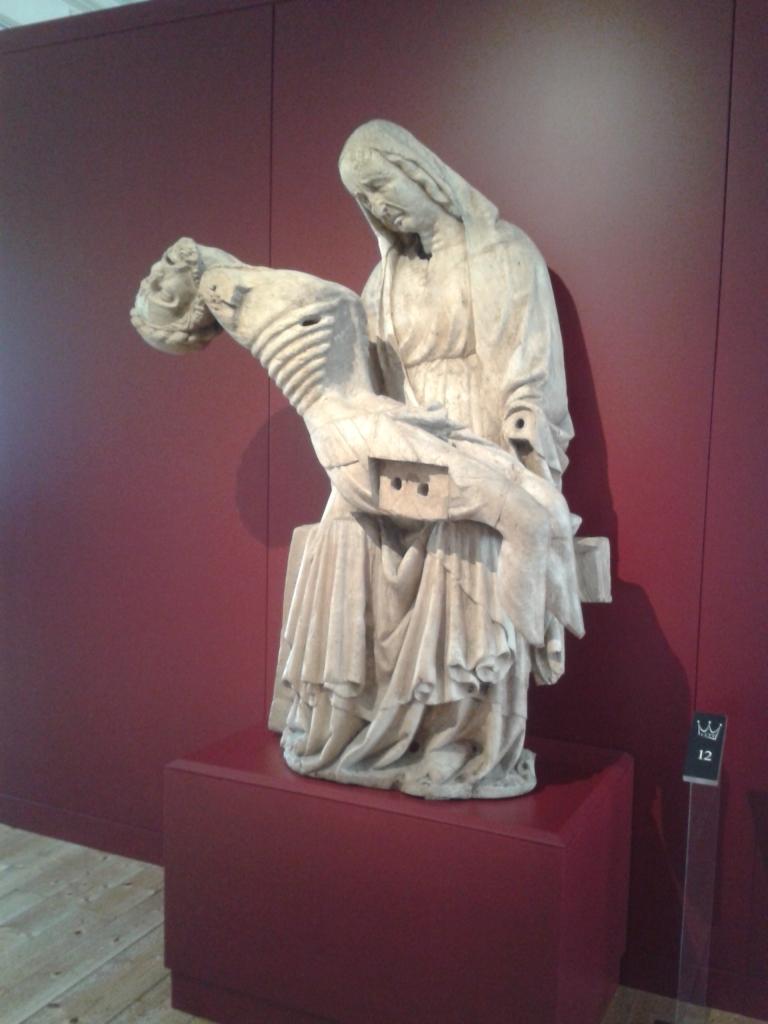Eine uralte geschnitzte Pieta. Kunst ist in der Veste auch zu besichtigen.