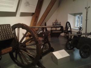 Neben allerlei Geschützen und Rüstungen gibt es auch noch diverse Hochzeitskutschen anzuschauen.