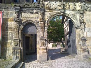 So muss ein Eingang zur Werkstatt der Steinmetze aussehen!