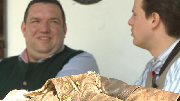 Beim Ausblick auf das Tegernseer Tal lässt sich trefflich über Lederhosen und ihre Erlebnisse philosophieren