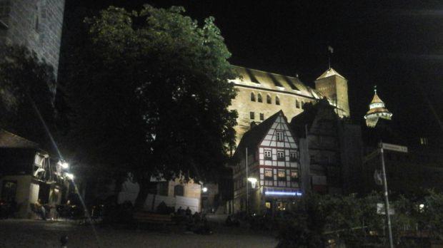 Am Fuße der Burg, unter einem großen grünen Baum, neben dem Dürerhaus, ein touristisches Epizentrum.