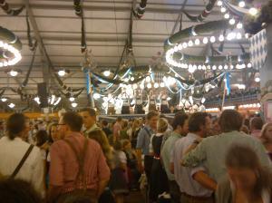 Im Zelt gehts rund, am Abend auch unter der Woche. Vor allem, wenn die Hälfte der Band zeigt, wie die Choreographie sein soll.