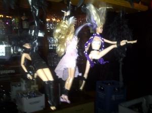 Und über der Bar tanzen die Puppen