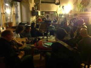 Ein kleiner Friseurladen mit irisch klingender Musik, von Gästen für Gäste.