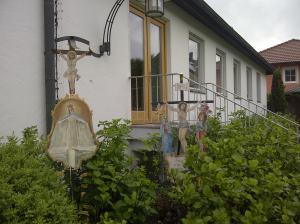 Nett restaurierte Details vor der Kirche