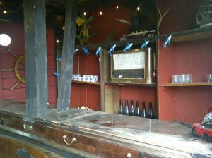 Die Bar ist halb offen und Wind und Wetter ausgesetzt