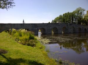 Der Kirchturm kann fast schon über die Brücke drüberschauen