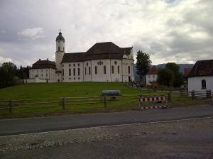 Die Wieskirche mit Touris und Odl-Fass. Wer das hier hin drapiert hat?