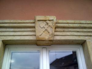 Das Logo der Gärtnerzunft am Haus der Niedermaiers wurde erst vor ein paar Jahren wiederentdeckt und freigelegt.