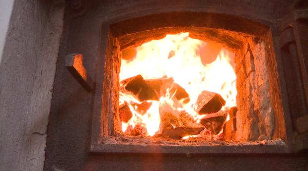 Um 3000 Liter zu heizen, brauchts eine gehörige Glut. Das Feuer brennt den ganzen Tag, so lange dauert der Brauvorgang