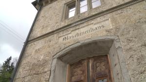 Arbeitsplatz ist ein altes Pumpenhaus der Saline zwischen Bad Reichenhall und Rosenheim