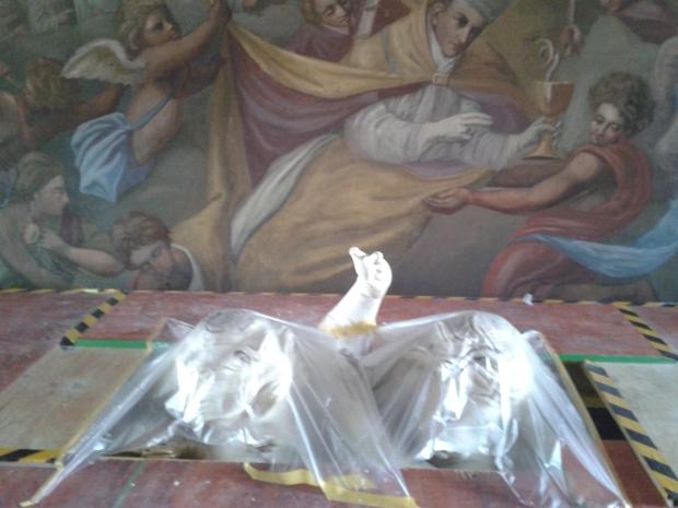 Daumen hoch! Dieser oberste Altarengel freut sich, dass er wieder alle zehn Finger hat.