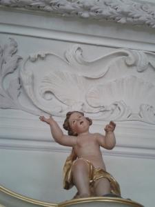 Dieser Engel wartet noch auf die Sanierung.