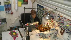 In der Werkstatt fertigt Marie die Prototypen, größere Mengen werden auswärts in Passau hergestellt.