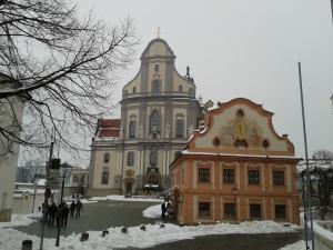Die Basilika von außen.