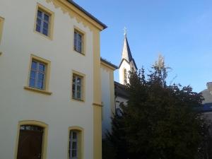 Die Klosterkirche ist nur eines von vielen Gebäuden, die auf dem Gelände des alten Schlosses stehen.