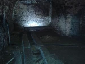Auf diesen Schienen lagerten früher Weinfässer. Oder doch Bierfässer? Egal, hauptsache Drunk History!