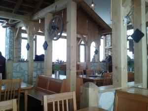 Innen drin ist es warm und modern-alpin.