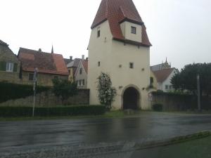 Wer nicht in Sulzfeld wohnt, darf den Ort durch diese Tore nur Verlassen. Sehr einladend.
