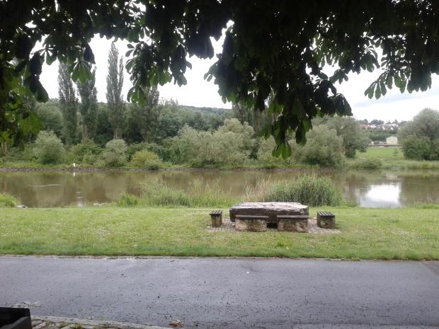 Bei gutem Wetter kann man hier am Main ein Picknick mit Wein machen. Nicht im Bild: Die Fabriksilos.