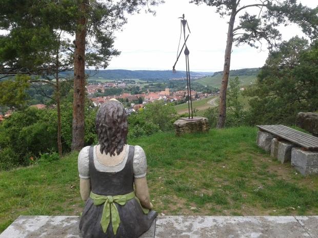 Diverse Skulpturen, mal mehr, mal weniger gelungen stehen im Weinberg herum, die Aussicht ist meist das schönere.