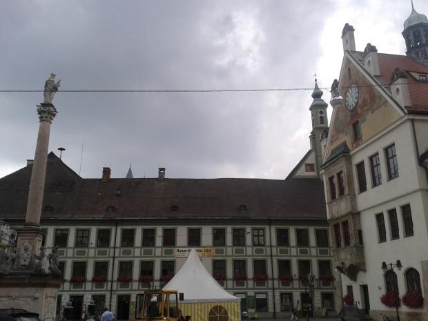 Den Heimkehrer grüßt der weiß-graue Himmel, immerhin gerahmt von schönen Gebäuden.