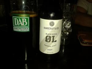 Das Bier links im Glas ist so dunkel, dass es sämtliche Lichtstrahlen absorbiert.