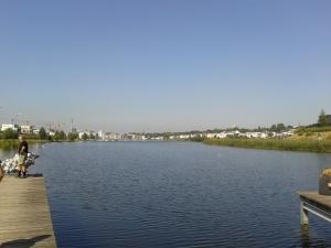 Der Phoenixsee steht auf dem Gelände eines riesigen alten Stahlwerks, das nach China verkauft wurde. Drumrum ein Jachthafen und verbunkerte Villen.