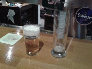 Der Größenvergleich, rechts im Bild ein 0,3er Glas.